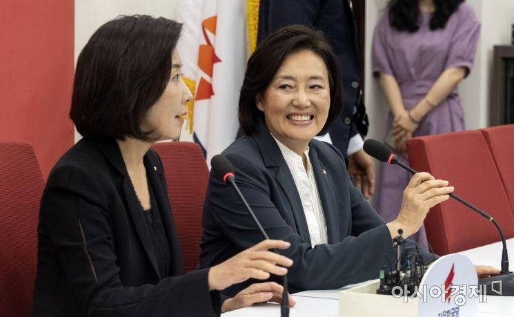 [포토] 나경원 원내대표 찾은 박영선 장관