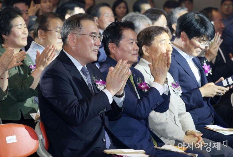 [포토] 박수치는 이개호 장관과 김병원 회장