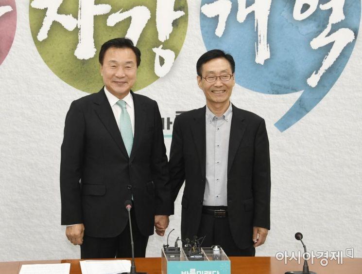 [포토] 주대환 혁신위원장과 악수하는 손학규 대표