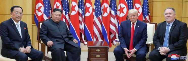 30일 오후 판문점 자유의 집에서 도널드 트럼프 미국 대통령과 북한 김정은 국무위원장이 포즈를 취하고 있다. 왼쪽부터 리용호 북한 외무상, 김정은 국무위원장, 트럼프 대통령, 마이크 폼페이오 미국 국무장관.