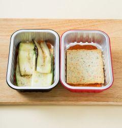 3. 오븐 용기에 토마토 소스, 어묵, 주키니 호박, 가지순으로 얹은 다음 모차렐라 치즈를 골고루 뿌린다.