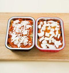 4. 200℃의 오븐에서 7~8분 정도 구워 파르메산 치즈가루와 파슬리가루를 뿌린다.