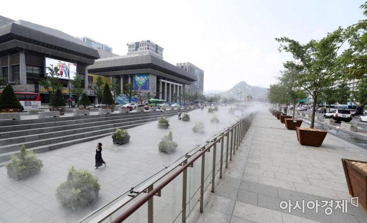 무더위가 기승을 부리고 있는 2일 소나무와 느티나무 등 80개의 대형 화분이 설치된 서울 종로구 광화문광장에 쿨링포그(인공 물안개)가 가동되고 있다. /문호남 기자 munonam@