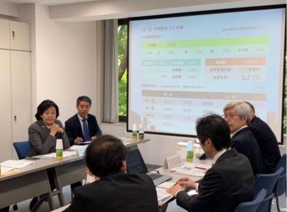 박영선 중기부 장관(맨 왼쪽)이 지난 5월17일 일본 도쿄 소재 '중소기업 근로자 복지센터'를 방문해 관계자들에게 복지 제도 등에 관한 설명을 듣고 있다.