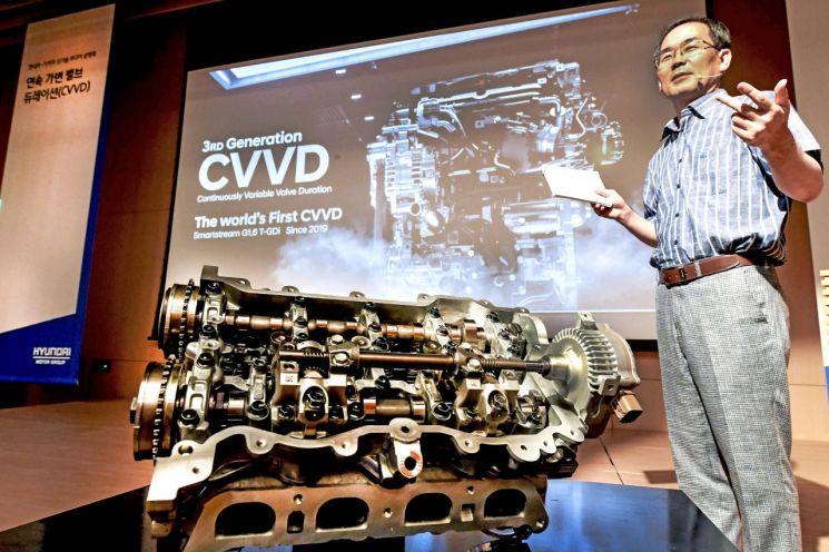 엔진의 성능과 연비, 친환경성을 높여주는 CVVD 신기술을 처음 고안한 현대자동차 하경표 연구위원이 기술에 대해 설명하고 있다.