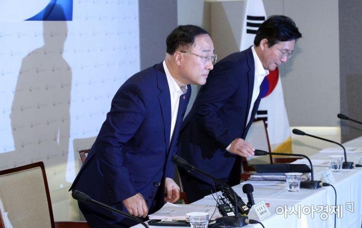 [포토] 경제정책방향 브리핑 참석하는 홍남기-성윤모