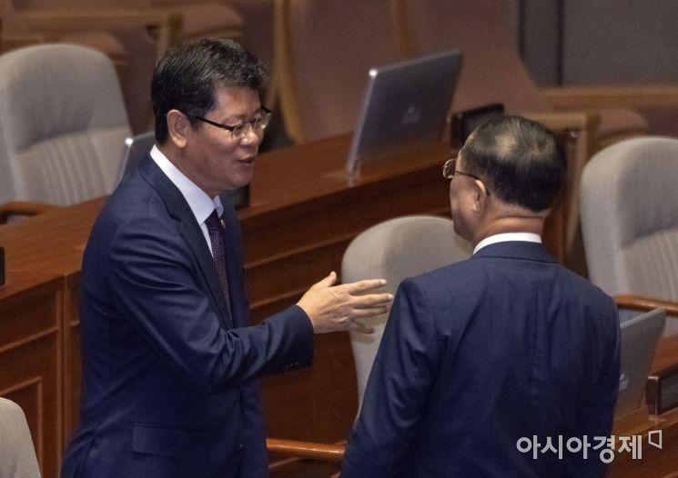 [포토] 이야기 나누는 홍남기 부총리·김연철 장관