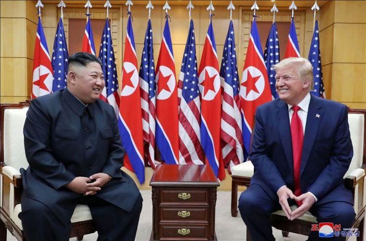 김정은 북한 국무위원장과 도널드 트럼프 미국 대통령이 6월 30일 판문점에서 만났다고 조선중앙통신이 1일 보도했다. 사진은 중앙통신이 홈페이지에 공개한 것으로 판문점 남측 자유의집 VIP실에서 만나 밝은 표정으로 대화하는 북미 정상의 모습.