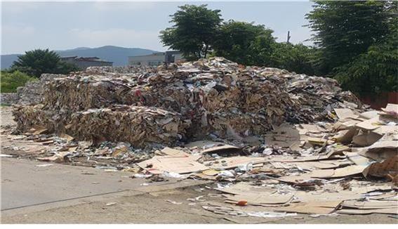 불법영업으로 적발된 폐기물처리업체 사업장에 압축된 폐지가 널브러져 있다. 대전시 제공