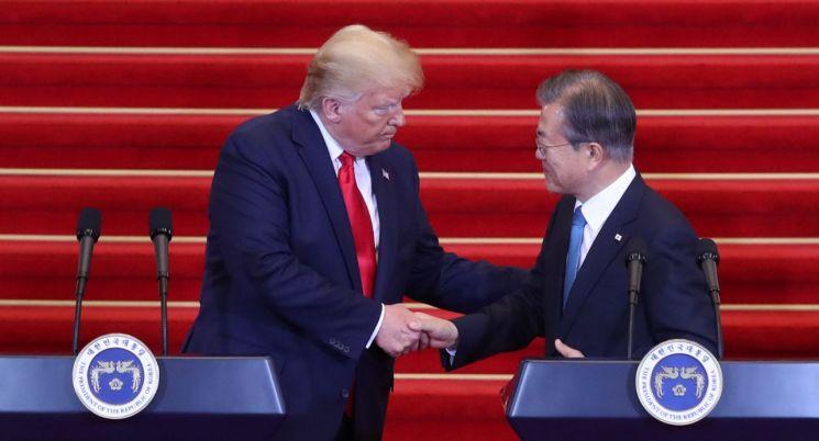 문재인 대통령과 트럼프 미국 대통령이 30일 오후 청와대에서 공동기자회견 전 악수를 하고 있다.