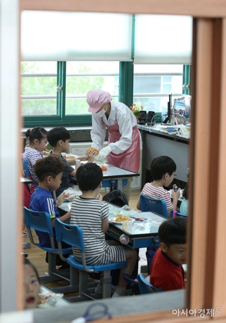 [포토] 대체급식 먹는 초등학생들