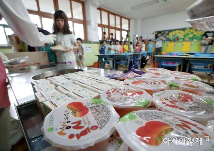 [포토] 학교비정규직 총파업, 대체급식으로 배식