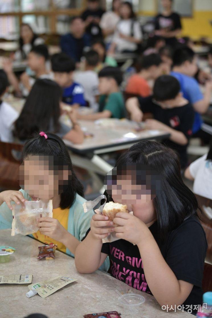 [포토]급식 대신 빵 먹는 초등학생들