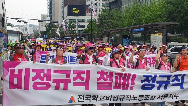 3일 오전 급식조리원, 돌봄전담사 등으로 구성된 학교비정규직연대회의가 광화문광장 방향으로 행진하고 있는 모습