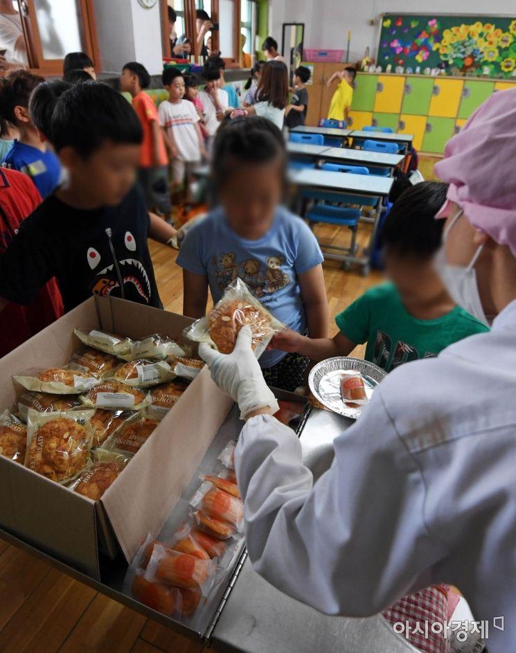 [포토] 대체급식 받는 초등학생들
