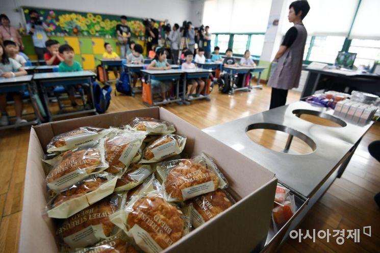 [포토] 빵 놓인 급식대