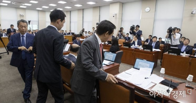 [포토] 북한목선 현안보고 도중 회의장 퇴장