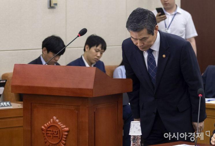 [포토] 고개숙인 정경두 국방부 장관
