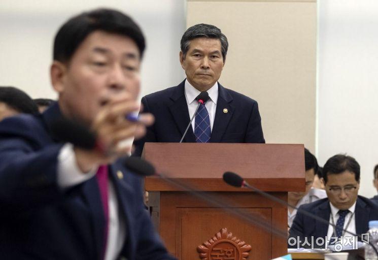 [포토] 북한 목선 관련 현안보고 막는 자유한국당