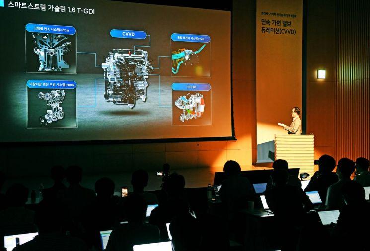 현대기아자동차가 엔진의 성능과 연비, 친환경성을 획기적으로 높여주는 CVVD 신기술을 세계 최초로 개발했다. 이 기술을 처음 고안한 현대자동차 하경표 연구위원이 CVVD 기술에 대해 설명하고 있다./사진=현대기아차