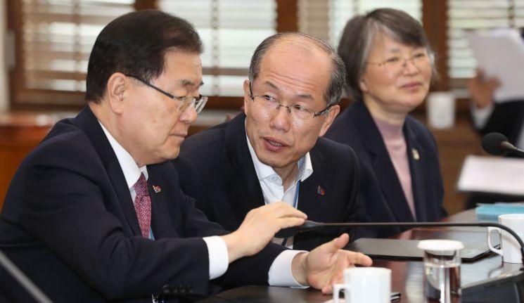 김유근 국가안보실 1차장(가운데)이 지난 3월 25일 오후 청와대에서 수석보좌관 회의 전 정의용 국가안보실장과 대화하고 있다.  사진=연합뉴스