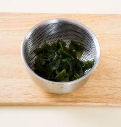 2. 불린 미역은 끓는 물에 넣었다가 바로 건져 찬물에 헹구어 물기를 빼고 먹기 좋은 크기로 썬다.