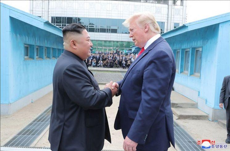 김정은 북한 국무위원장과 도널드 트럼프 미국 대통령이 지난 6월 30일 판문점에서 만났다고 조선중앙통신이 1일 보도했다. 사진은 중앙통신이 홈페이지에 공개한 것으로, 미국 대통령으로는 사상 처음으로 군사분계선(MDL)을 넘은 트럼프 대통령이 판문점 북측 지역에서 김정은 국무위원장과 악수하는 모습.