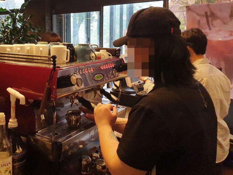소년원 출원 후 한국소년보호협회 '자립생활관'을 거친 이주희(24·가명)씨는 현재 협회가 운영하는 카페에서 매니저 업무를 하며 바리스타로서 자립할 준비를 하고 있다.