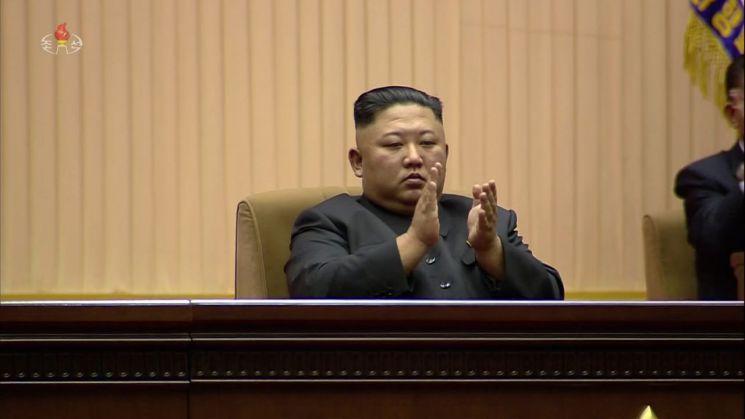 김정은 북한 국무위원장이 8일 평양체육관에서 열린 김일성 주석 사망 25주기 중앙추모대회에 참석했다고 조선중앙TV가 전했다.