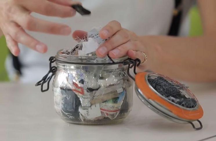 베아 존슨 일가족 4명이 1년간 버린 쓰레기량. 빈 잼 1병 분량에 불과합니다. [사진=유튜브 화면캡처]