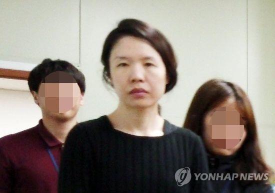 전 남편을 살해한 혐의로 구속된 고유정(36)이 제주동부경찰서 유치장에서 나와 진술녹화실로 이동하고 있다. [이미지출처=연합뉴스]