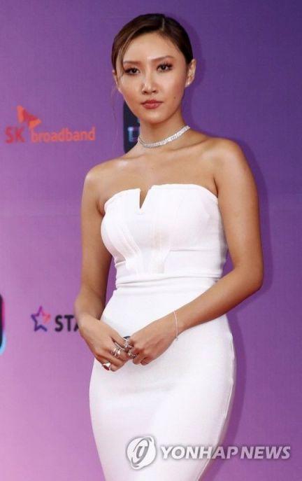마마무의 화사가 지난해 12월22일 오후 서울 영등포구 KBS에서 열린 '2018 KBS 연예대상' 시상식에 앞서 포즈를 취하고 있다