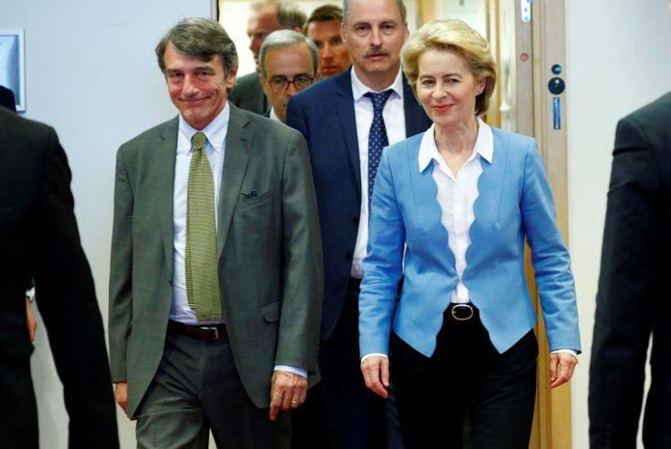 우르줄라 폰데어라이엔 EU집행위원장 후보(오른쪽)와 다비드 마리아 사솔리 유럽의회 의장이 1-일(현지시간) 브뤼셀에서 열린 유럽의회 정치그룹 간담회에 참석하기 위해 들어서고 있다. [이미지출처=로이터연합뉴스]