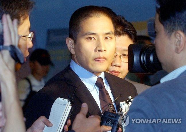 지난 2003년 6월 26일 약혼녀 부친상 조문을 위해 입국 금지조치가 일시 해제된 유씨가 인천공항을 통해 입국했다/사진=연합뉴스