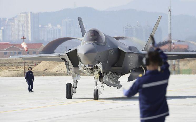 한국 공군의 최초 스텔스 전투기 F-35A가 29일 오후 청주 공군기지에 착륙, 공군 요원의 통제에 따라 이동하고 있다.
