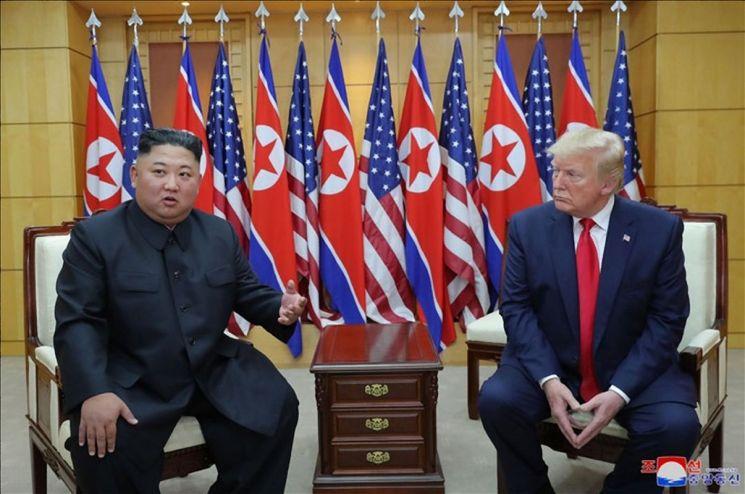 김정은 북한 국무위원장과 도널드 트럼프 미국 대통령이 6월 30일 판문점에서 만났다고 조선중앙통신이 1일 보도했다. 사진은 중앙통신이 홈페이지에 공개한 것으로 판문점 남측 자유의집 VIP실에서 대화하는 북미 정상의 모습.