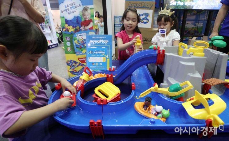 [포토] 물놀이 완구 즐기는 아이들