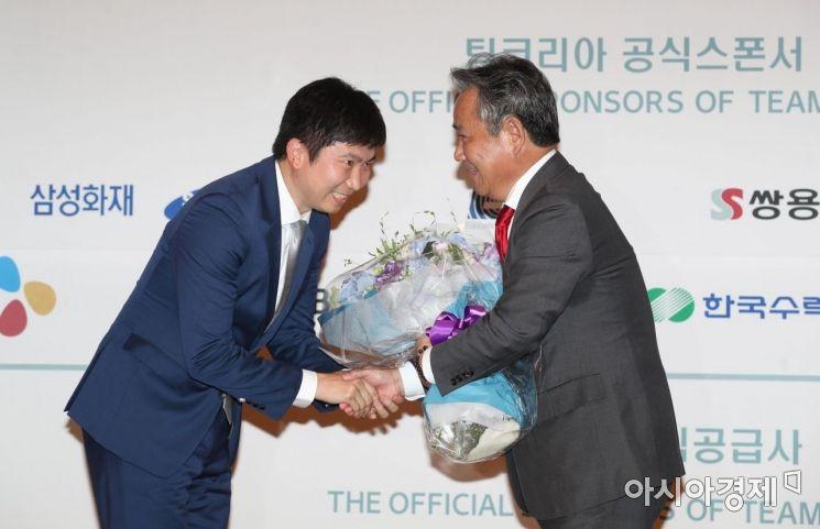 [포토]유승민 IOC 선수위원이 이기흥 신규위원에게