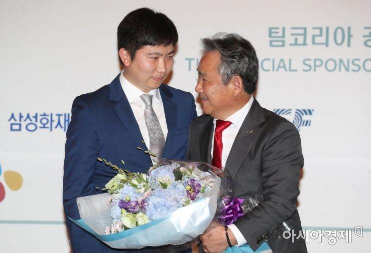 [포토]축하 꽃다발 받은 이기흥 IOC 위원