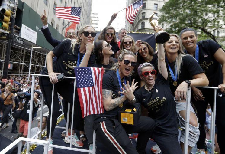 10일(현지시간) 뉴욕 맨해튼에서 진행된 월드컵 우승 축하 퍼레이드에 참석한 미국 여자축구대표팀 선수들이 환호하고 있다. [이미지출처=AP연합뉴스]