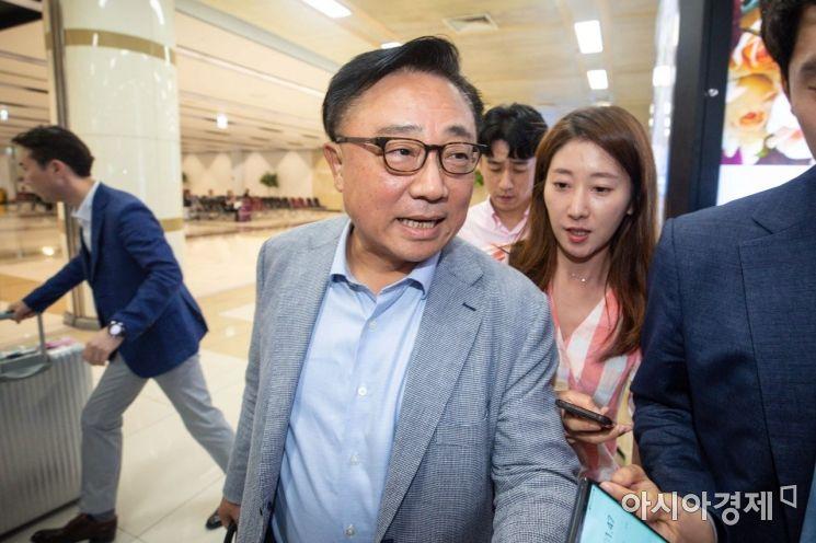 [포토]김포공항 통해 귀국하는 고동진 삼성전자 사장