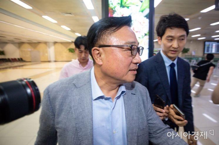 [포토]취재진 질문 받는 고동진 삼성전자 사장