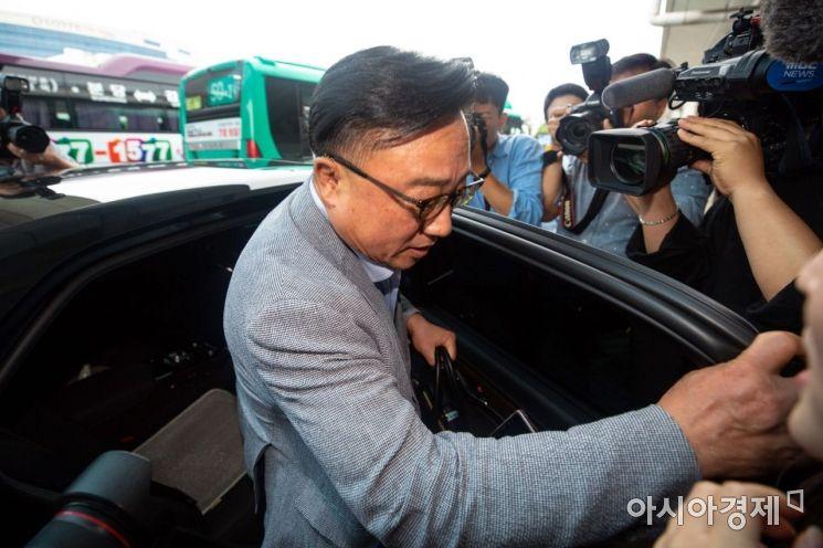 [포토]김포국제공항 통해 귀국하는 고동진 삼성전자 사장