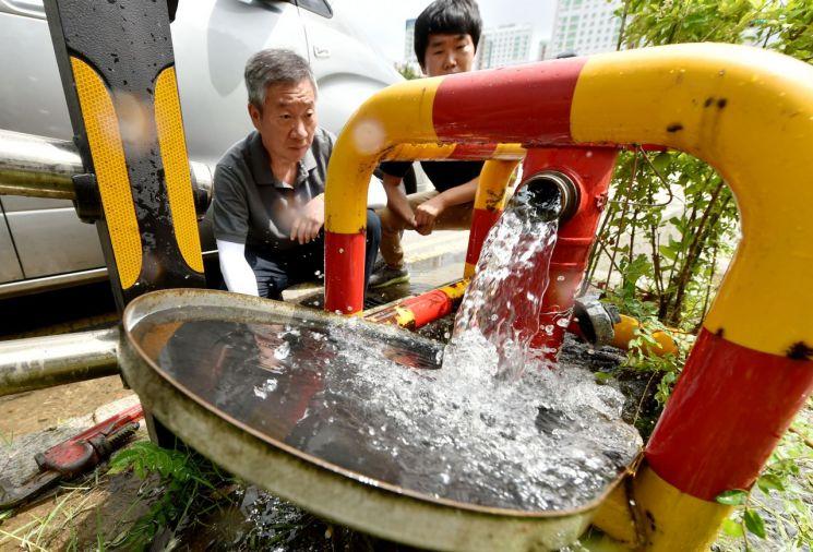수돗물 채수 및 이토(물배수) 작업 모습 [사진=인천시]