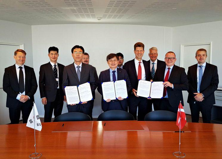 지난 11일 덴마크 코펜하겐 현지에서 비야네 폴다게르(앞줄 왼쪽에서 네번째)MAN-ES CEO, 최동규 대우조선해양 상무(앞줄 왼쪽에서 두번째), 박달우 HSD엔진 상무(앞줄 왼쪽에서 첫번째) 등 관계자들이 업무협약을 체결한 뒤 기념촬영을 하고 있다.