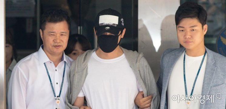 여성 스태프 두 명을 성폭행하거나 추행한 혐의로 긴급체포된 배우 강지환이 영장실질심사를 받기 위해 12일 경기 성남 분당경찰서를 나서고 있다./성남=강진형 기자aymsdream@