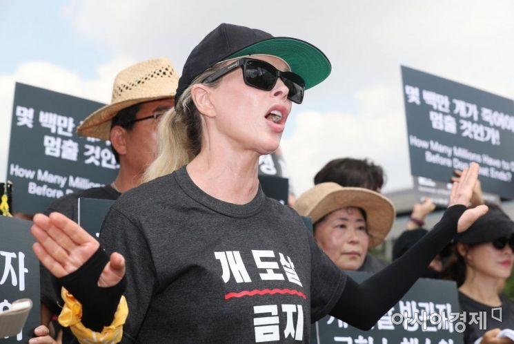 [포토]국회 앞 개 식용 금지 촉구하는 킴 베이싱어