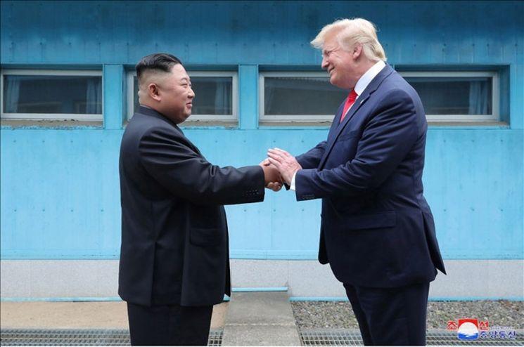 김정은 북한 국무위원장과 도널드 트럼프 미국 대통령이 지난달 30일 판문점에서 만났다고 조선중앙통신이 1일 보도했다. 사진은 중앙통신이 홈페이지에 공개한 것으로, 군사분계선(MDL)을 사이에 두고 북미 정상이 손을 맞잡은 모습.