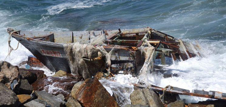 12일 오전 10시 37분께 강원도 고성군 거진 1리 해안가에서 북한 소형목선이 발견됐다. 목선 안에 북한주민은 발견되지 않았다. 군 당국은 추가 조사를 벌이고 있다. (사진=연합뉴스)