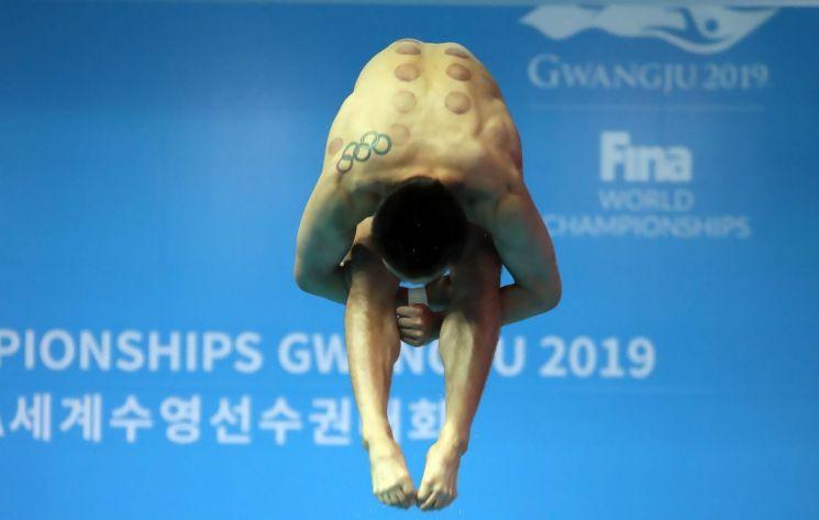 우하람이 12일 열린 2019 광주세계수영선수권대회 다이빙 남자 1m 스프링보드 예선에서 연기를 펼치고 있다.[이미지출처=연합뉴스]